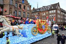 Hochbrisante Mottowagen - phantasievolle Gesellschaftswagen - farbenprächtige Fußgruppen